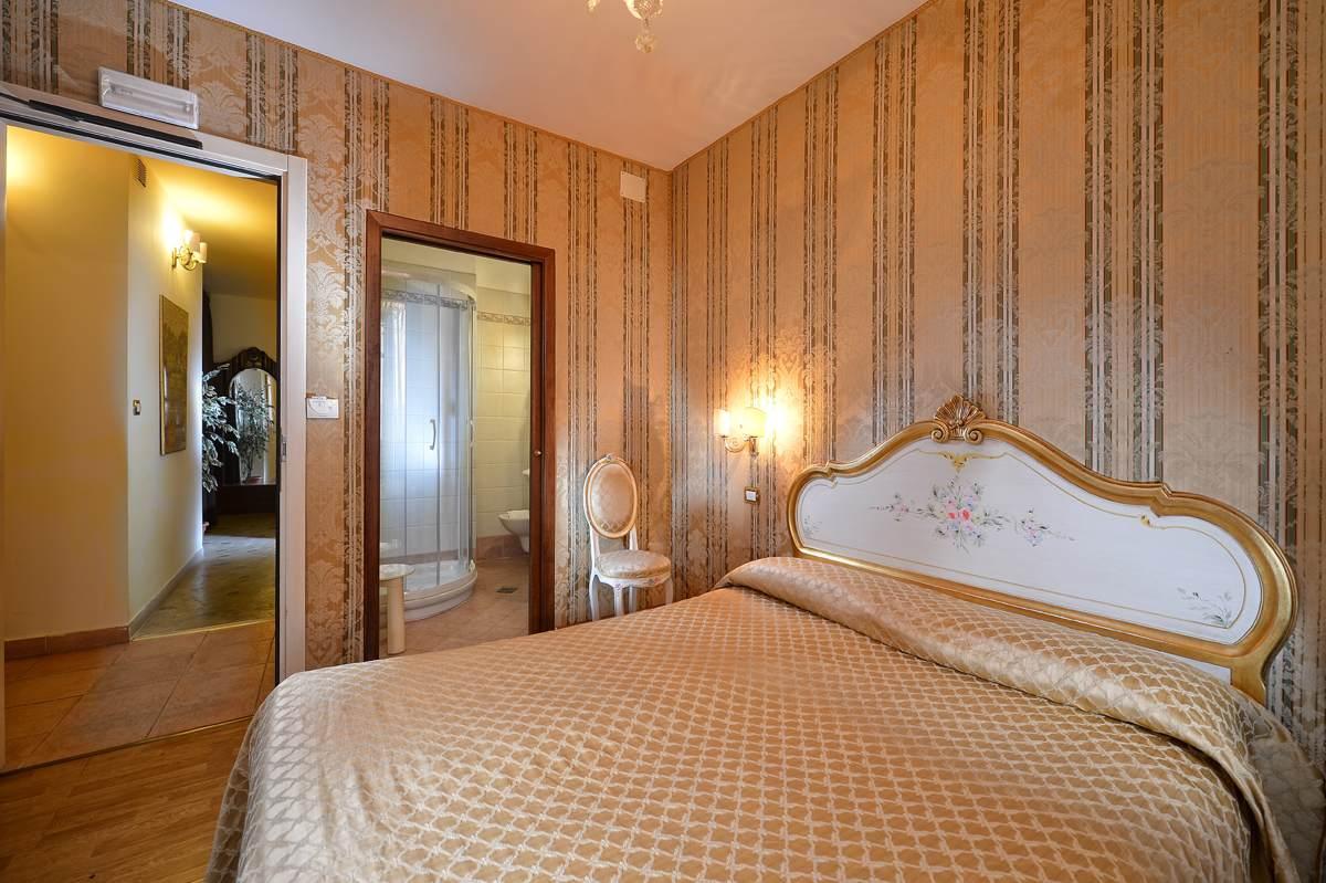Camere economiche venezia camera d 39 albergo a venezia - Camera con bagno ...